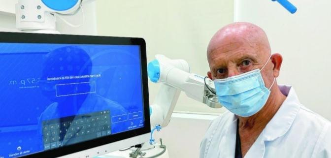 Dr Galindo con el robot ROSA